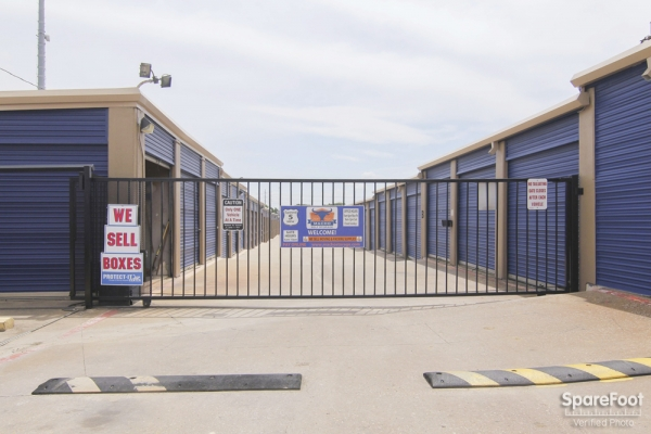 Macho Self Storage - Irving3930 Valley View Ln - Irving, TX - Photo 1